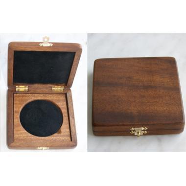 Коробка из красного дерева диаметром до 70 мм.